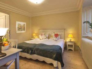 Sophisticated accommodation in quiet surroundings featuring a comfortable design.