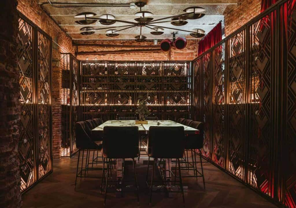 Clandestine venue with an enveloping character