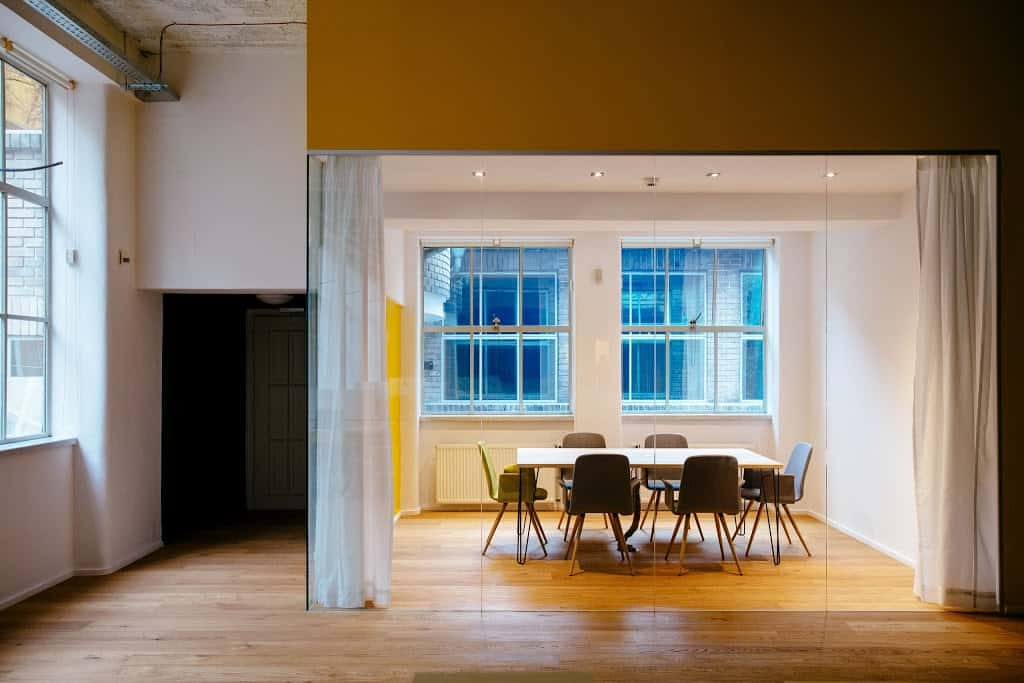 Intimate glass meeting space in Prague
