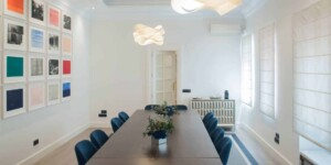 Luminous boardroom with color accents in Salamanca district
