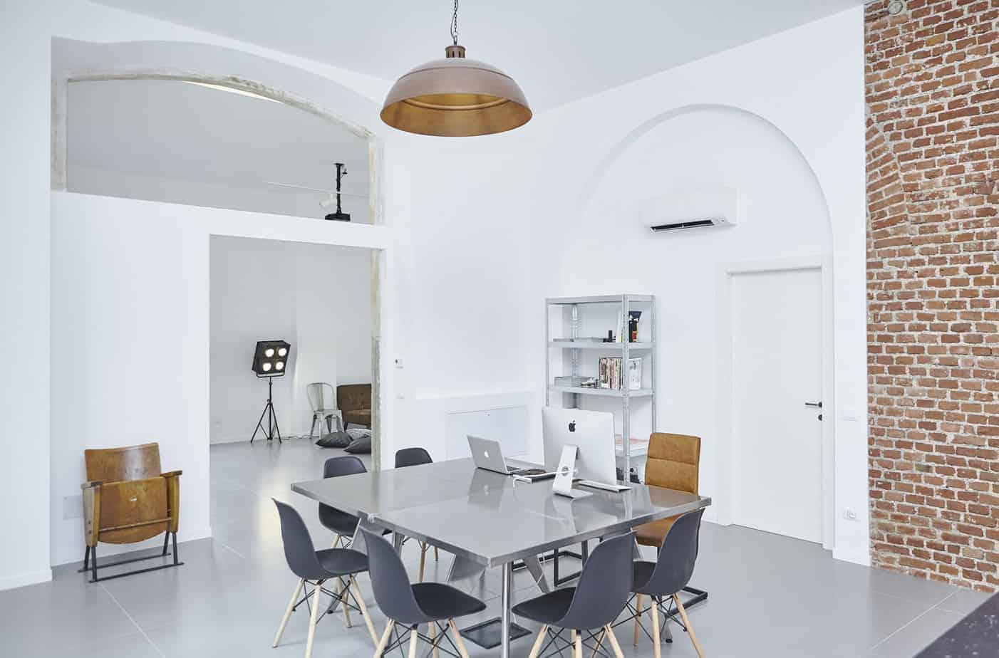 Minimalist and luminous meeting space with photo studio