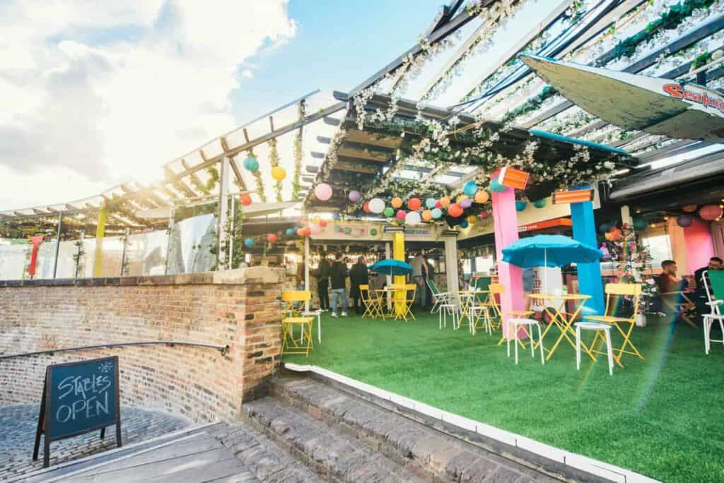 Lively rooftop garden for summer parties
