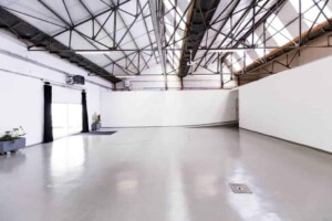 Multipurpose white venue with an industrial character filled with tons of natura light.