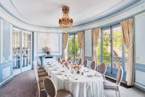 Charming blue room with Wedgwood-style décor