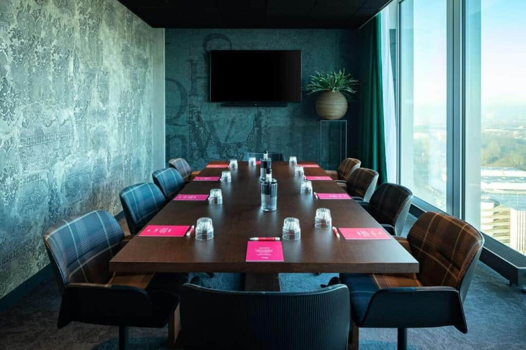 Green meeting room with tons of daylight in Amsterdam. Venue for presentations, meetings and private dining.