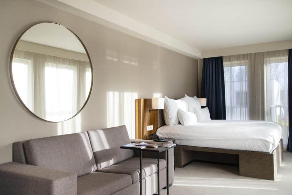 Lavish hotel with luxury rooms by the Amstel featuring a comfortable and warm design.