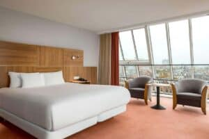 Modern hotel with luminous and spacious rooms in Amsterdam. Accommodation for business trips.
