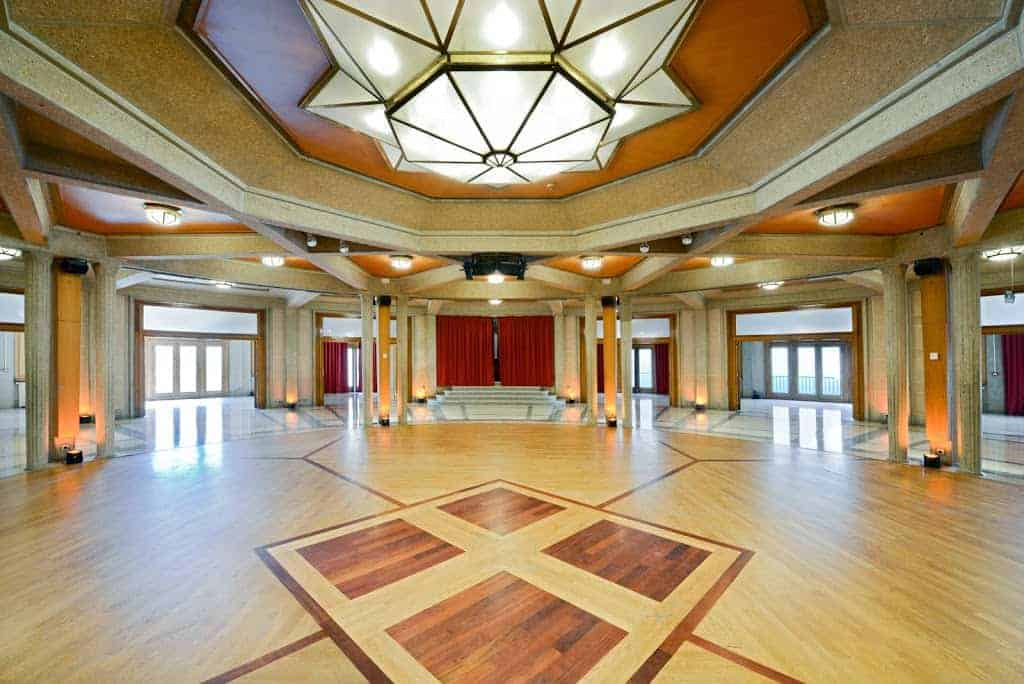 Classic and historical conference space in Versailles. Comes with beautiful patterned parquet flooring, pilars and eye-catching ceiling light