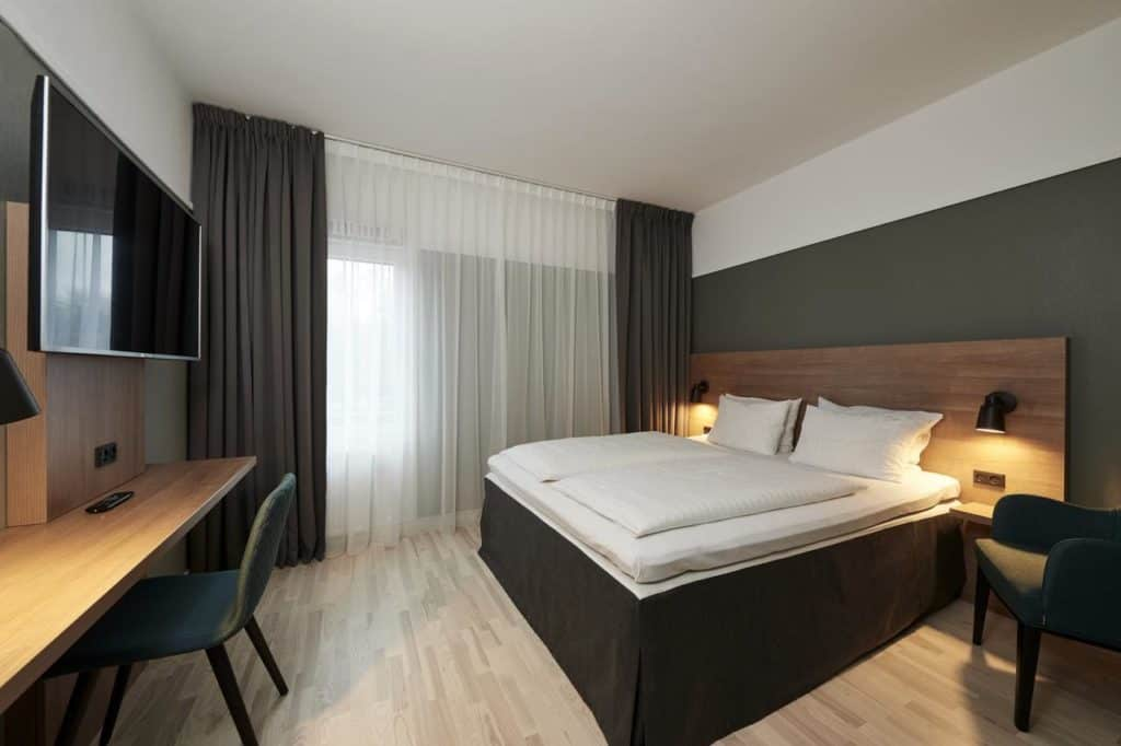 Stylish hotel with an uncluttered Nordic design. Rooms decorated with wood materials and calm colours on the walls.