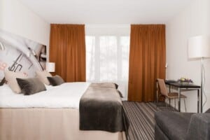 Cosy and warm accommodation with a lakeside sauna featuring a comfortable design.
