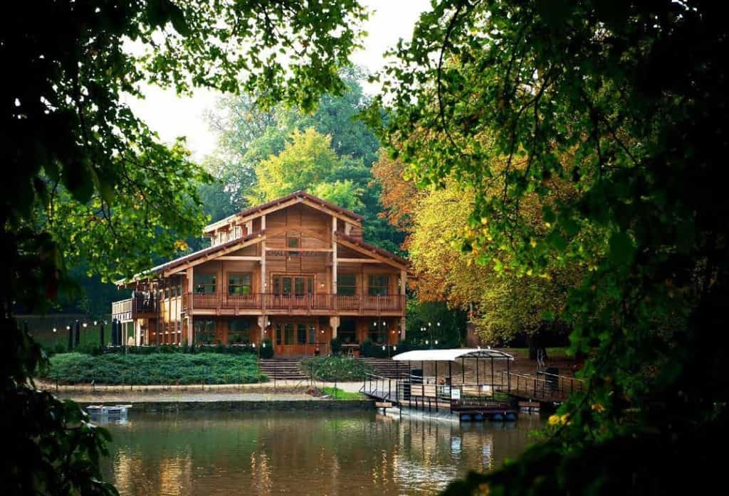 Chalet next to a lake in the forest. A hidden bar near Brussels