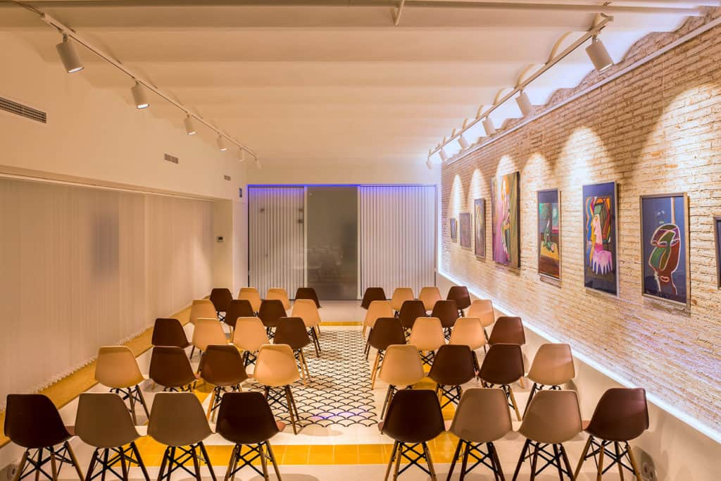 Conference room with Mediterranean accents and a warm atmosphere