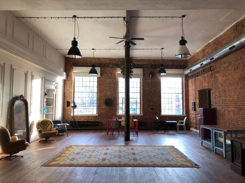 Beautiful loft for workshops with parquet flooring and retro furniture
