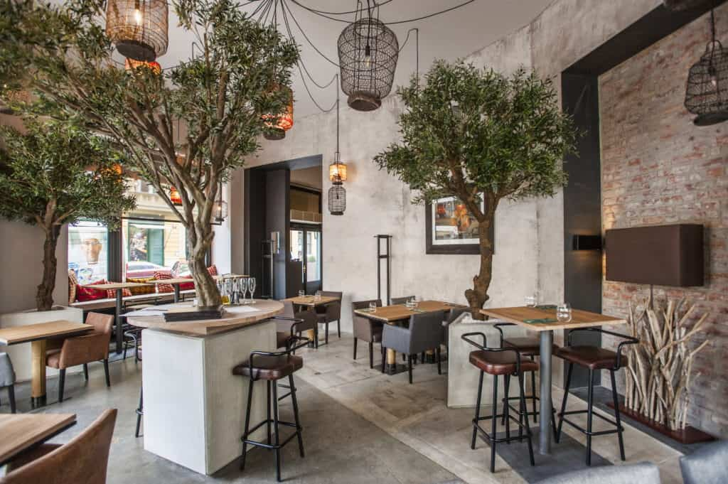 Restaurant with cosy interior inspired by the savannah