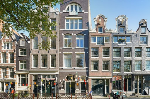 traditional amsterdam building