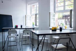 Dynamic space with standing tables for workshops and more