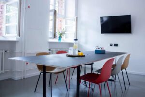 Fresh and stylish room for small meetings