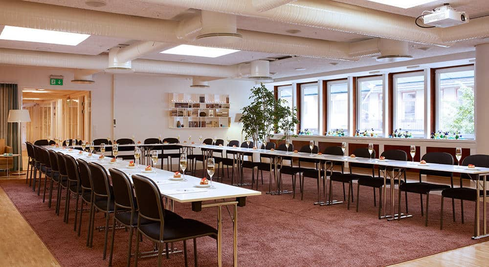 Dashing event space for large events in Stockholm. Satin-inspired furniture and various windows for natural light